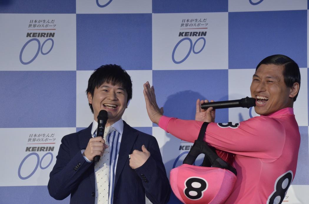 競輪のイベントに出演しているお笑いコンビ「オードリー」の画像